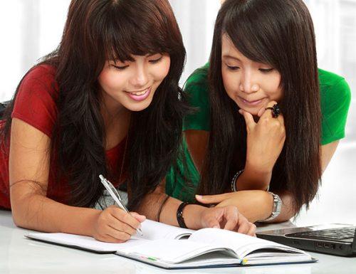 دختران در حال درس خواندن