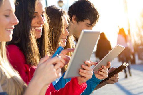 دانشجویان دختر در حال کار با تبلت