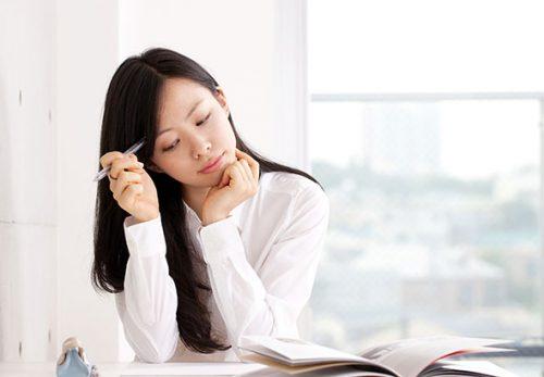 دانشجوی دختر در حال فکر کردن